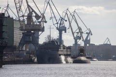САНКТ-ПЕТЕРБУРГ, РОССИЯ - 3-ЬЕ АПРЕЛЯ 2016: Русские корабль и подводные лодки на верфи койки в Санкт-Петербурге, России Стоковое Фото