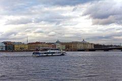 САНКТ-ПЕТЕРБУРГ, РОССИЯ - 30 APRIL2017: Туристская лодка на реке Neva в Санкт-Петербурге Стоковые Фотографии RF