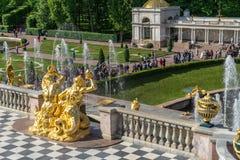 САНКТ-ПЕТЕРБУРГ, РОССИЯ - JUNY 01, 2019: 2 скульптуры тритонов дуя в раковинах стоковое фото