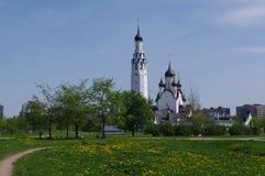 САНКТ-ПЕТЕРБУРГ РОССИЯ - MAI 18, 2014: Церковь St Peter апостол в среднем парке Стоковая Фотография RF