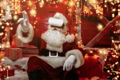 Санта в виртуальных стеклах стоковые фотографии rf