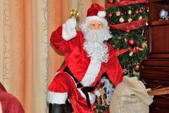 Санта Клаус давая подарки дереву на времени рождества стоковые изображения rf