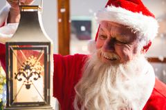 Санта Клаус держа фонарик рождества стоковое фото rf