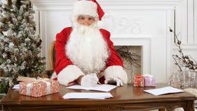 Санта Клаус думая что написать в его письме рождества Стоковые Фото