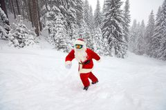 Санта Клаус идет в древесины в зиме на рождестве Стоковая Фотография
