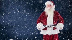 Санта Клаус измеряя с лентой измерения совмещенной с падая снегом сток-видео