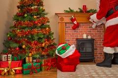Санта Клаус поставляя настоящие моменты на Рожденственской ночи Стоковое Изображение RF