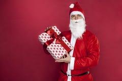 Санта Клаус представляет подарок стоковое изображение