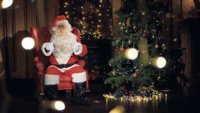 Санта Клаус приглашает, показывающ жестами в камеру 4K сток-видео