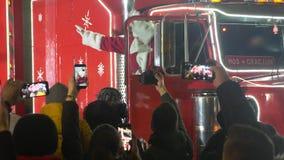Санта Клаус приходя с большой красной тележкой видеоматериал