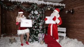 Санта Клаус с его внучкой, объявляет последний шанс 70% Атмосфера Xmas Новый Год рождества счастливое акции видеоматериалы
