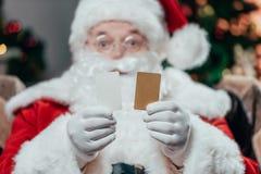 Санта Клаус с кредитными карточками стоковое изображение