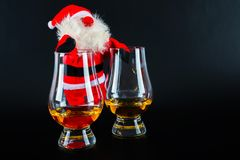 Санта Клаус с одиночным стеклом вискиа солода, символом рождества Стоковая Фотография