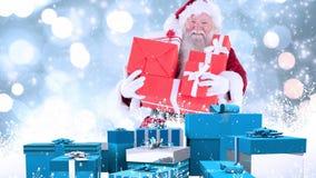 Санта Клаус с подарками на рождество совмещенными с падая снегом иллюстрация штока