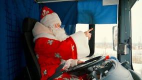 Санта Клаус управляет автомобилем Рождество отца управляет тележкой видеоматериал