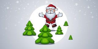 Санта Клаус joyfully скачет вверх и усмехается среди рождественских елок в лесе во время снежности Стоковое Изображение RF