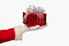 Санта Клаус давая коробку подарка на рождество на белой предпосылке, Стоковая Фотография RF