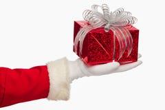 Санта Клаус давая коробку подарка на рождество на белой предпосылке, Стоковое Фото