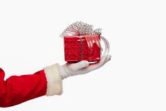 Санта Клаус давая коробку подарка на рождество на белой предпосылке, Стоковые Фото