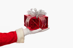 Санта Клаус давая коробку подарка на рождество на белой предпосылке, Стоковые Фотографии RF