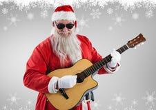 Санта Клаус в солнечных очках играя гитару Стоковые Изображения RF