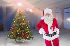 Санта Клаус держа подарок рождества Стоковые Фотографии RF