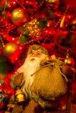 Санта Клаус здесь, сидящ на стенде Стоковая Фотография