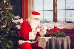 Санта Клаус используя умный телефон Стоковое Фото