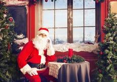 Санта Клаус используя умный телефон Стоковые Фотографии RF