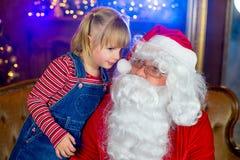 Санта Клаус и девушки читая книгу Стоковые Фотографии RF