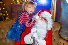 Санта Клаус и девушки читая книгу Стоковая Фотография RF
