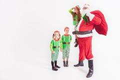 Санта Клаус и дети одетые в костюмах Elven льдед меньший полюс пингвинов ночи северный Стоковое Фото