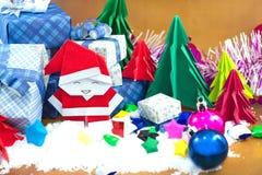 Санта Клаус и подарочная коробка с малой бумагой звезды на поле снега Стоковое фото RF