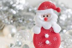 Санта Клаус и серебряный колокол, белый серебряный смычок и украшение шарика серебра на рождестве Стоковое Изображение RF