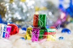 Санта Клаус и серебряный колокол, белый серебряный смычок и украшение шарика серебра на рождестве Стоковые Фотографии RF