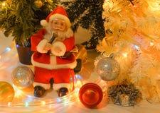 Санта Клаус поет с микрофоном Стоковое фото RF