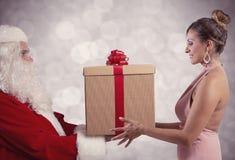 Санта Клаус поставляет подарок стоковые изображения