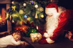 Санта Клаус принес подарок стоковые изображения rf