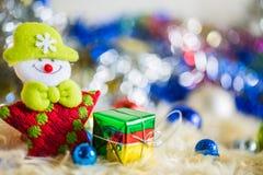 Санта Клаус с красочным украшением шарика подарка и золота голубого зеленого цвета красным на chrismas Стоковая Фотография