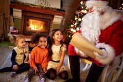 Санта Клаус с маленькими девочками смешанной гонки Стоковое Изображение RF