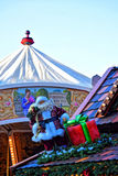 Санта Клаус с подарком на крыше Стоковое Изображение RF