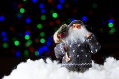 Санта Клаус с сумкой настоящих моментов на черной предпосылке стоковое изображение