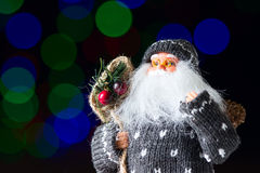 Санта Клаус с сумкой настоящих моментов на черной предпосылке стоковая фотография rf