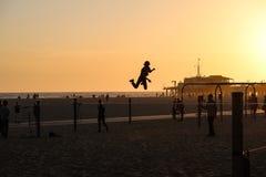 Санта-Моника, Калифорния, США 04 01 персона 2017 slackline скача во время захода солнца на пляже Стоковые Изображения RF