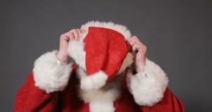Санта надевает красная шляпа видеоматериал