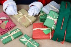 Санта оборачивая подарки на рождество Стоковое Изображение RF