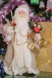 Санта около дерева chrismas с подарком Стоковые Изображения
