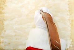 Санта пишет на пергаменте стоковые фотографии rf
