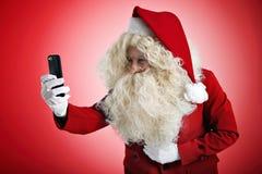 Санта с устройствами в руках Стоковое Изображение RF