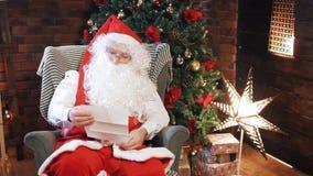 Санта читает письмо от ребенка сток-видео
